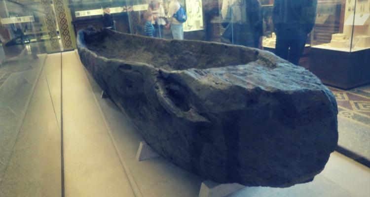 O canoe de 7,65 m lungime sculptată dintr-un trunchi de stejar. 3000 Î.e.n. - găsit lângă râul Don, Muzeul de Istorie al Rusiei, Moscova