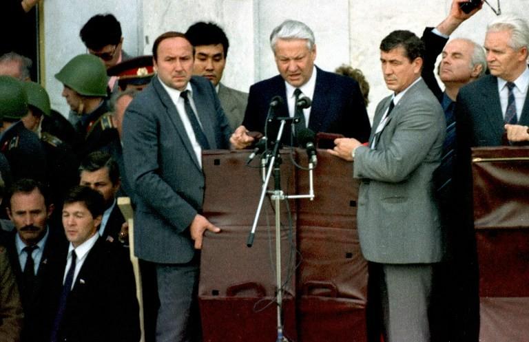 Boris Elțân (viitorul președinte al Rusiei) acoperit de agenții de securitate cu genți scut antiglonțț