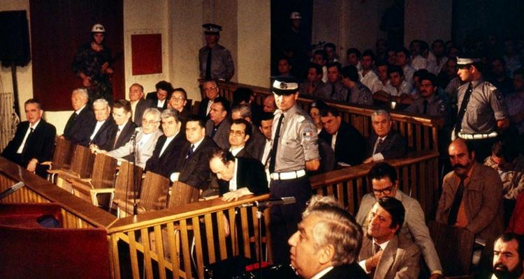 General-Iulian-Vlad-la-proces-in-boxa-spate-st-Foto-Emilian-Savescu-Martie-1990